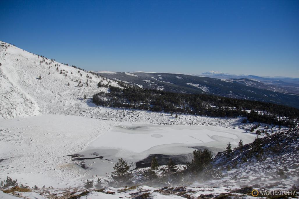 Imagen de la Laguna Cebollera helada. Al fondo, a la derecha, se aprecia el Moncayo.