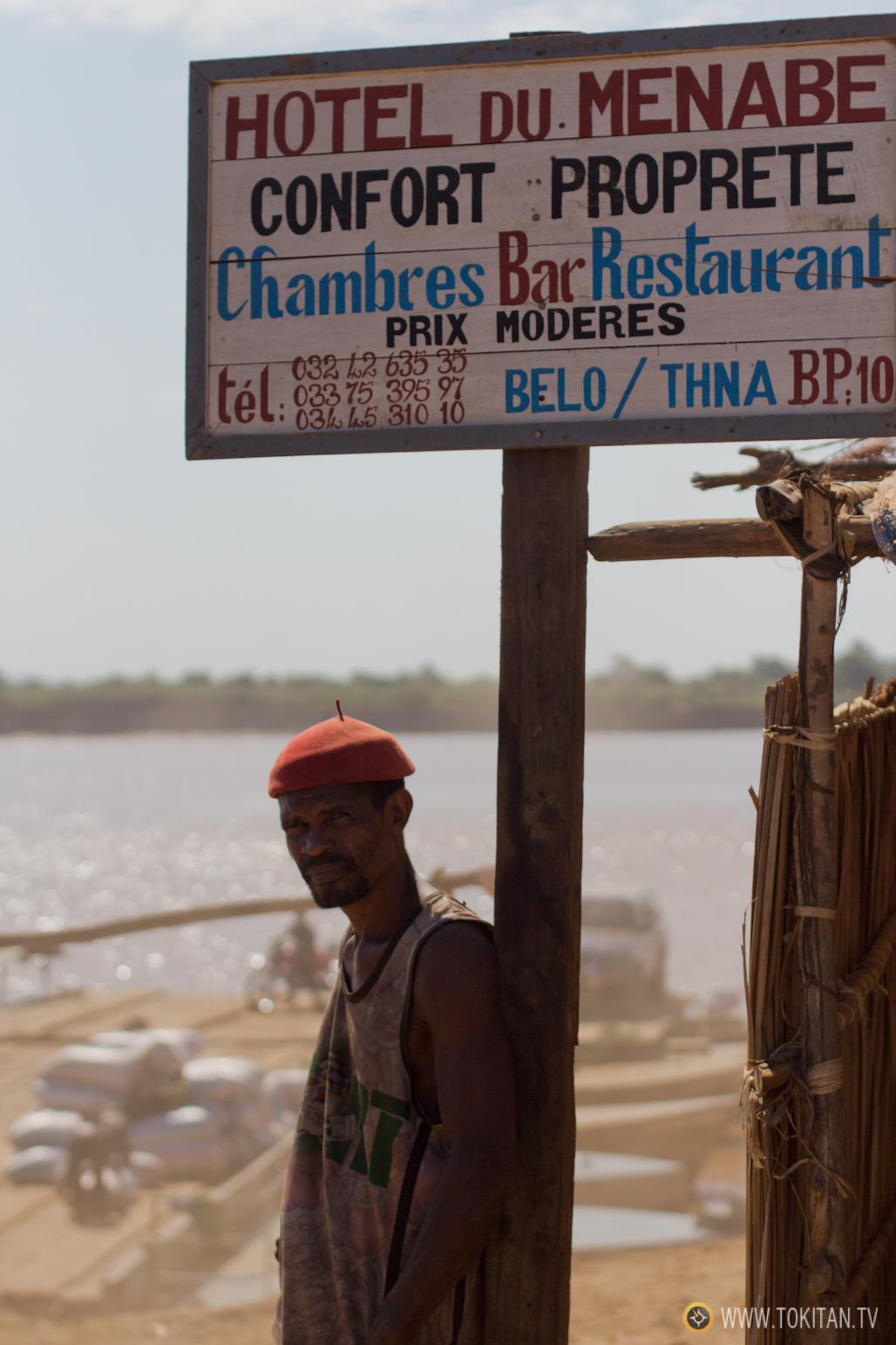 viajar_oeste_madagascar_transbordador_ rio_belo_sur_tsiribihina_menabe_pista_cartel_hotel_menabe