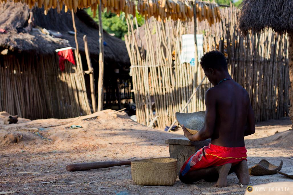 Un chico limpia los granos de arroz.