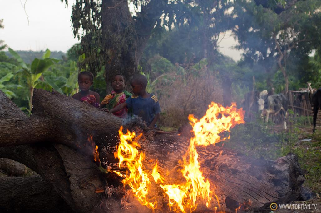 En Bekopaka los niños prenden hogueras a las que lanzan plásticos para observar como salen volando como pájaros.
