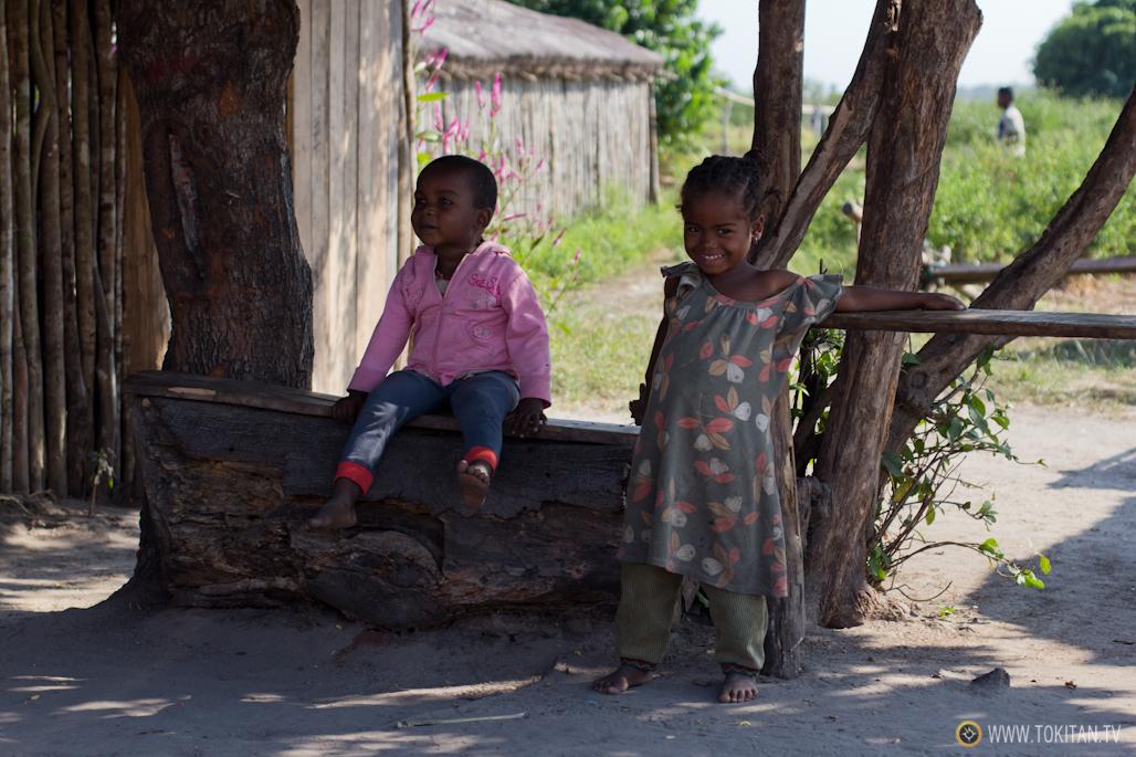 Niños en un poblado antes de llegar a Bekopaka.