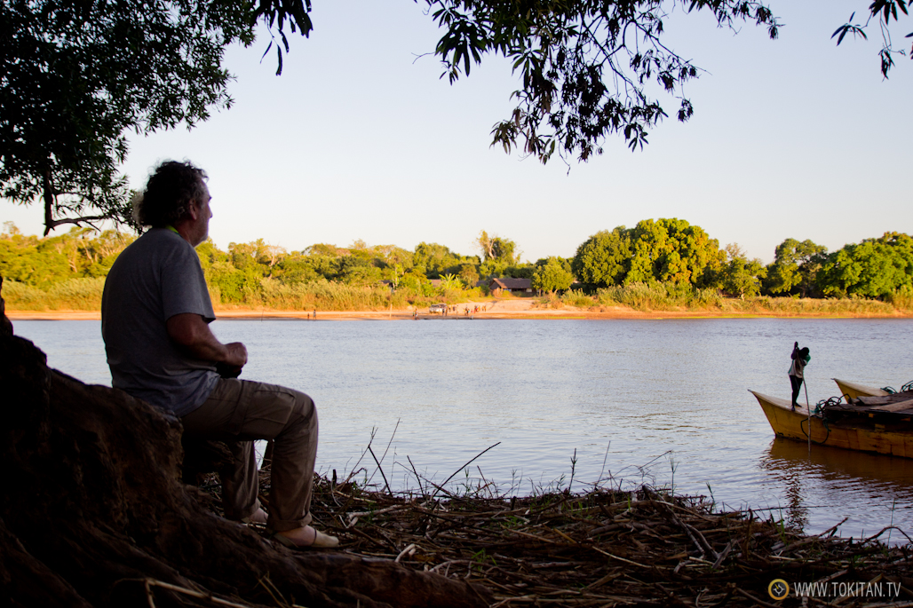 Alex observa el transporte de los vehículos en el río Mananbolo.