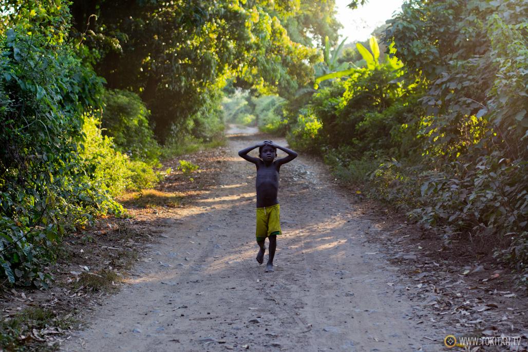 Un niño regresa a casa en la aldea de Bekopaka.