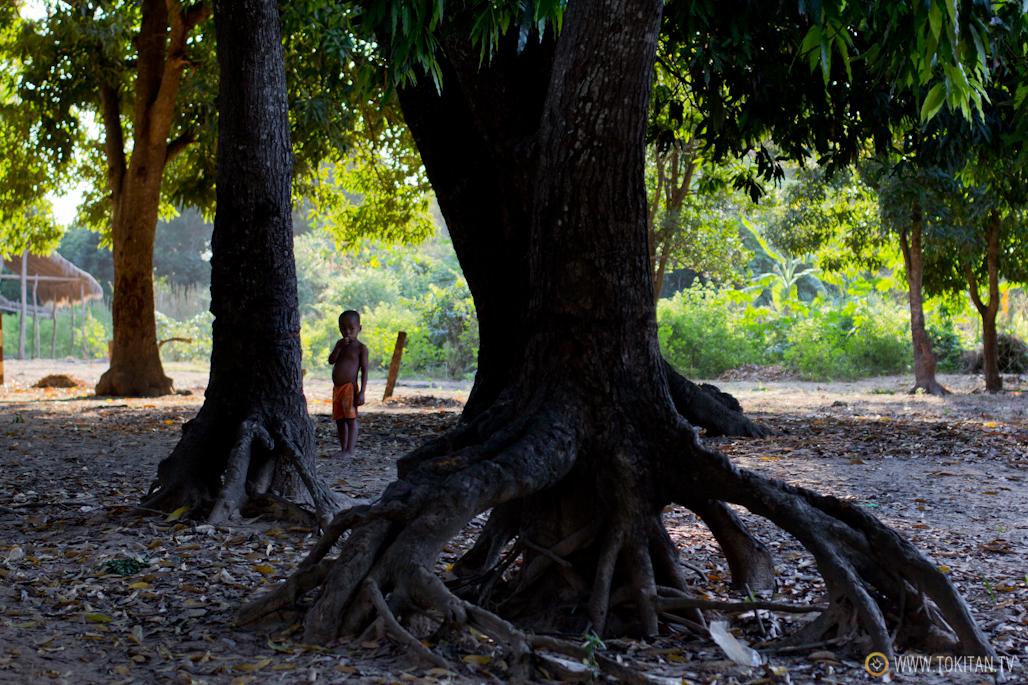 Un niño de Bekopaka, a última hora de la tarde.