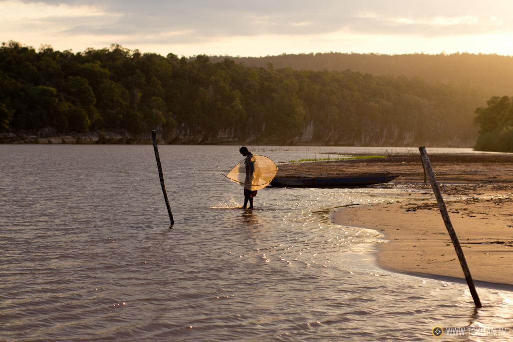 Una pescadora a orillas del río Mananbolo.