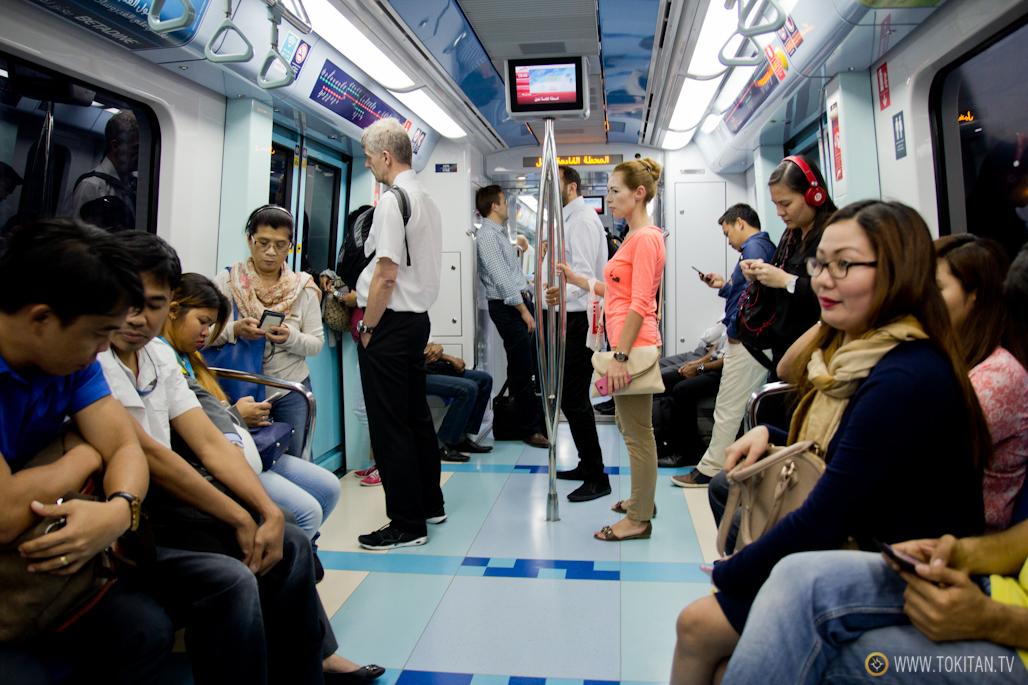 """Interior de un vagón corriente o de clase """"regular""""."""