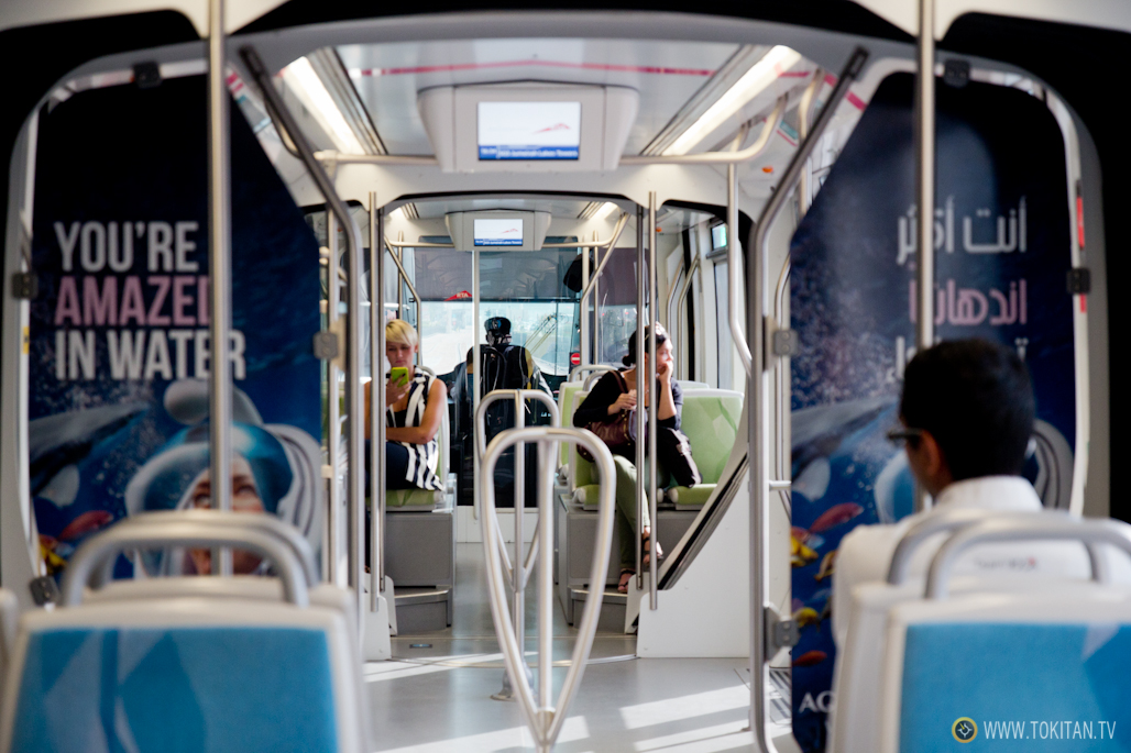 Interior del tranvía de Dubai.