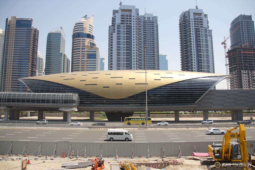 Una de las futuristas estaciones del metro de Dubai.