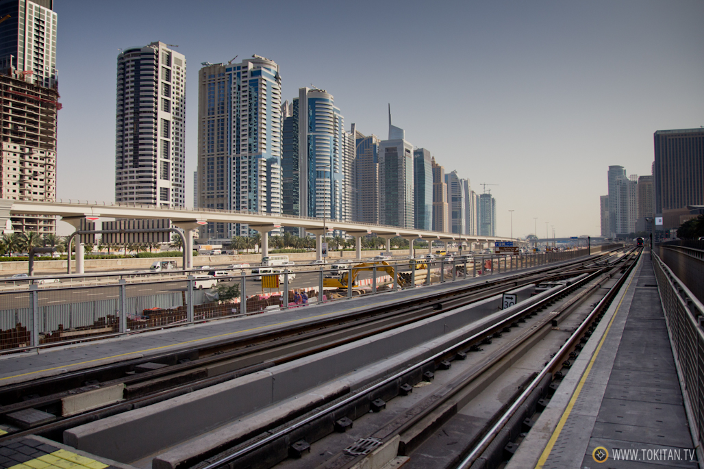 Las vías del metro de Dubai discurren en medio de enormes edificios.