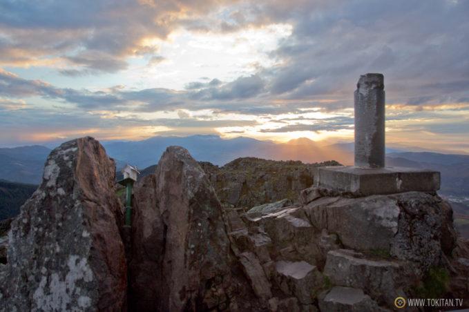 La roca de la cima del monte Adarra, partida en dos.