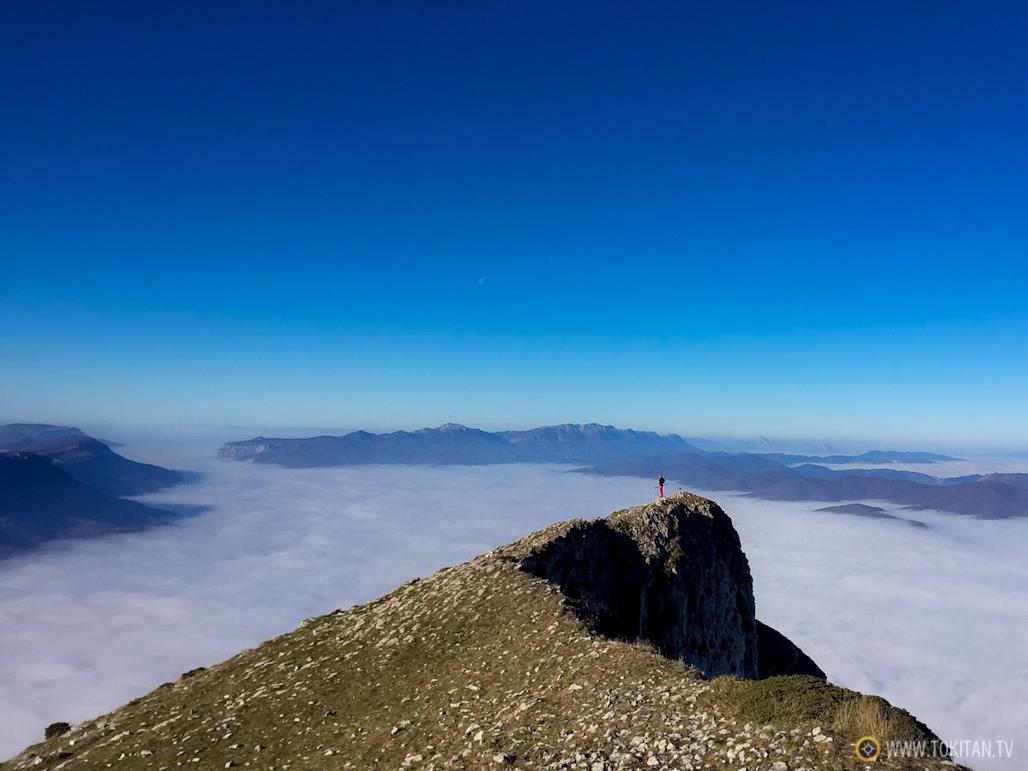 Mar de nuves sobre el valle de Sakana, en navarra, desde la cima de Ihurbain en una foto de Urko.