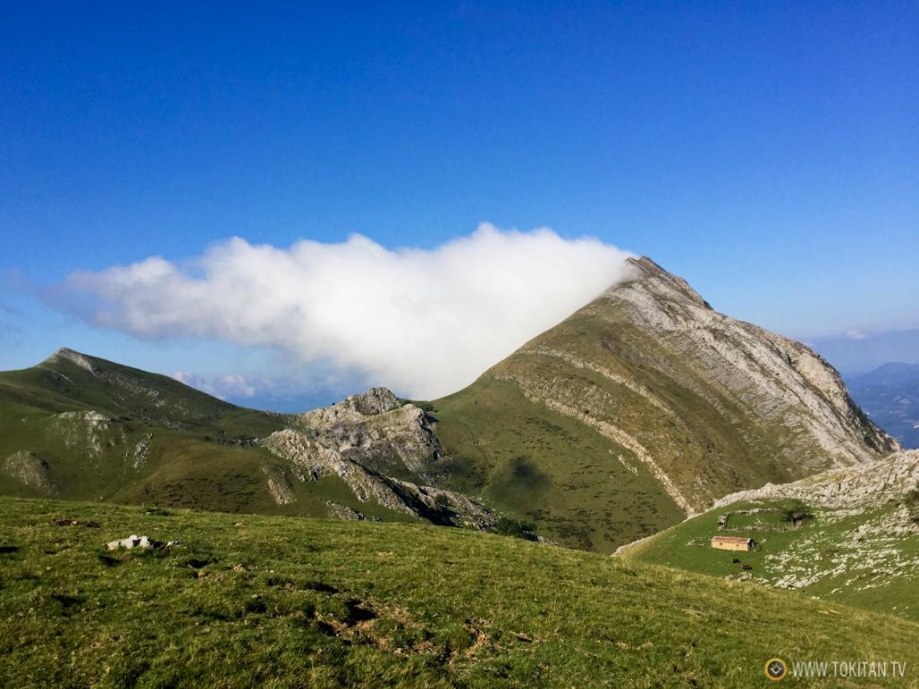 fenomenos-meteorologicos-montan%cc%83a-monte-nubes-bandera-pegada-cima