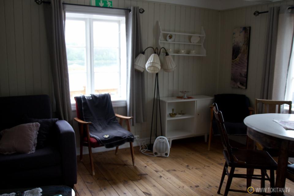 que-hacer-noruega-dormir-casa-tradicional-sobre-fiordo-valsoyfjorden-valsoya-valsoytunet-camping-caravaning-palafito-salon