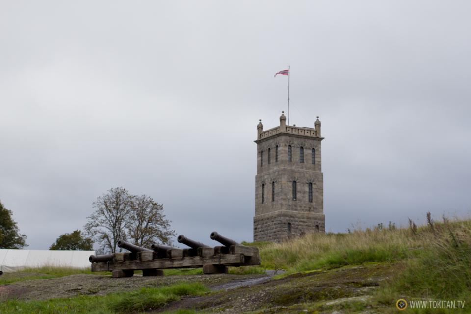 La torre del castillo de Tonsberg, Tunsberghus-Festning, se erige sobre la antigua fortaleza.