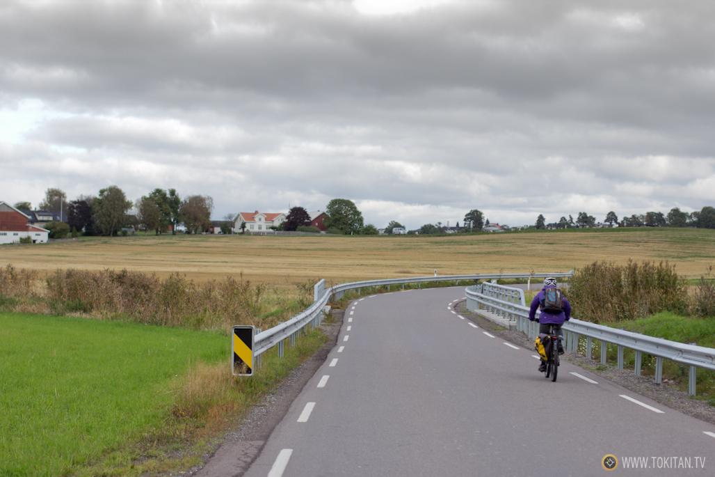 La cerretera que lleva de Tonsberg a Oseberg discurre entre granjas y pequeñas localidades.